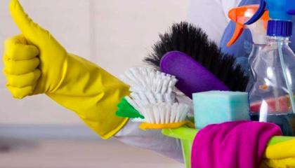 уборочный инвентарь: перчатки, щетки, средства бытовой химии