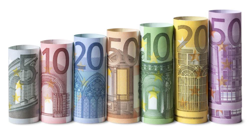 свернутые банкноты евро